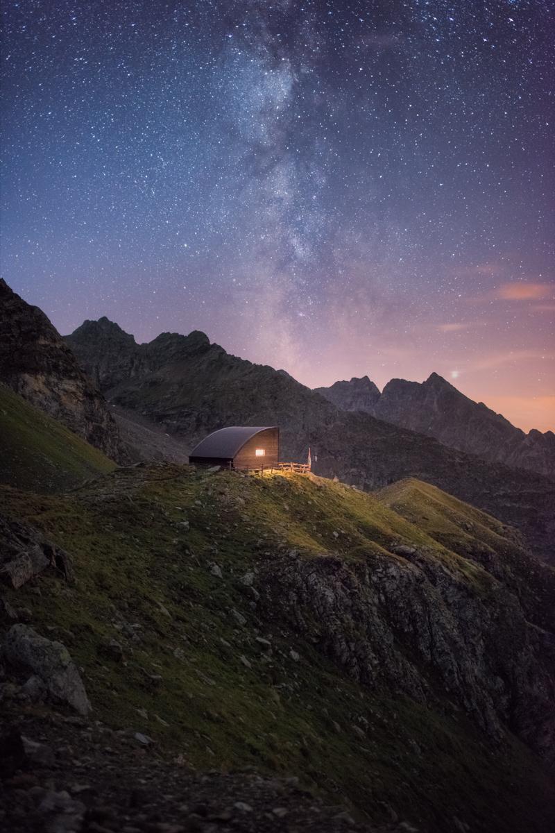 Bivacco in valle d'Aosta di notte