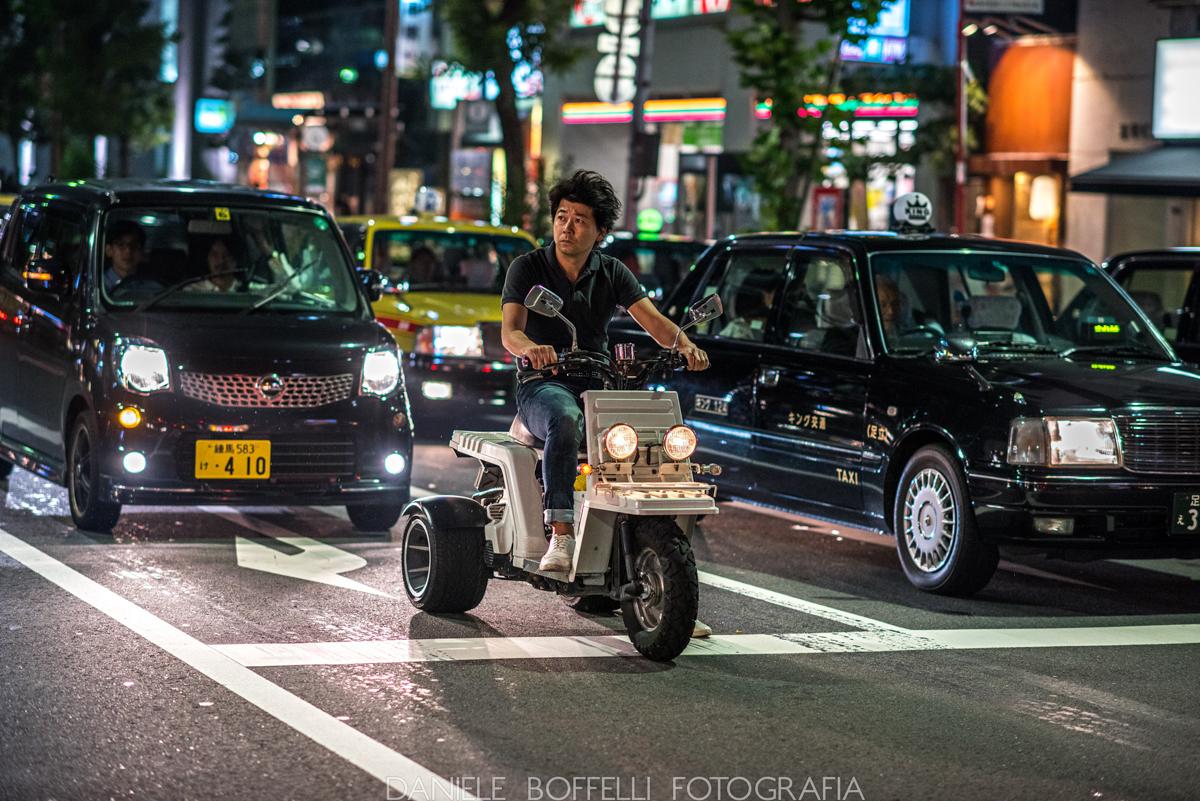 uomo in motorino a tokyo