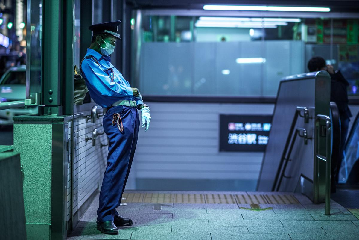 poliziotto giapponese all'ingresso della metropolitana